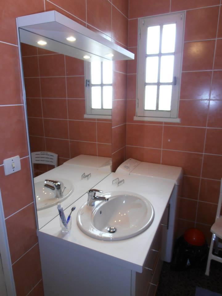 Meuble de salle de bain avec vasque, miroir et leds par Loire Agencement dans le Maine-et-Loire