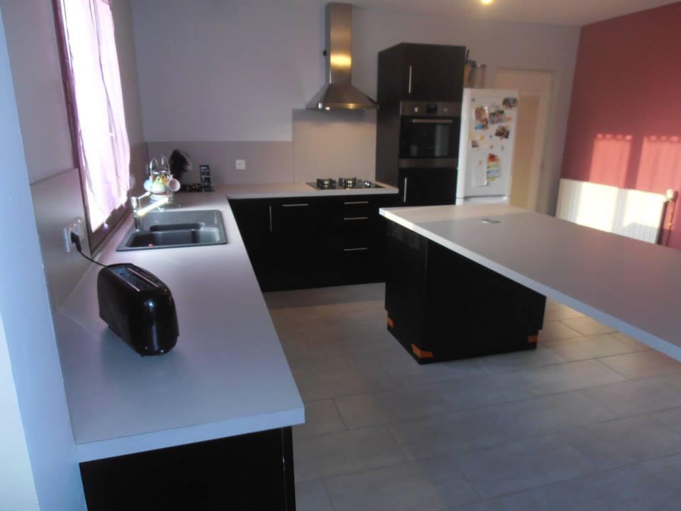 Meubles d'une cuisine équipée en bois noirs et blancs laqués par Loire Agencement à Liré