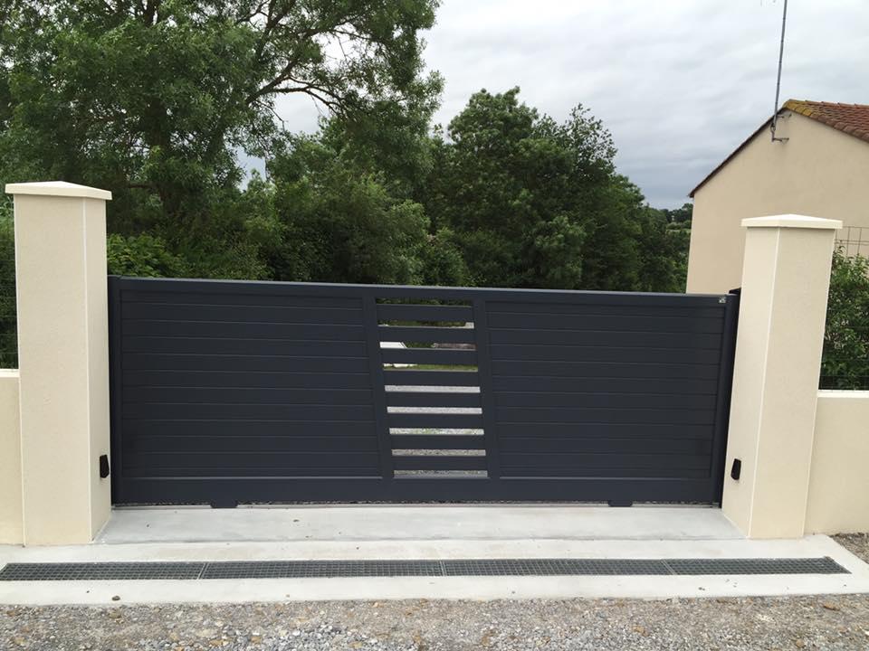 Pose d'un portail gris par Loire Agencement à Liré