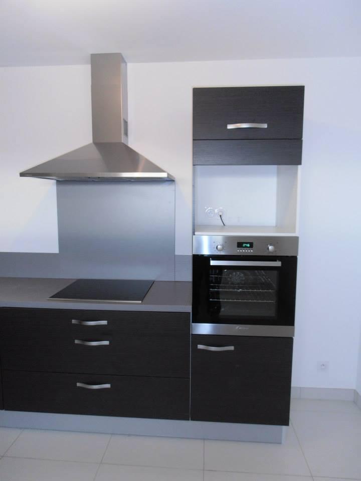 Meubles de cuisine en bois noir par Loire Agencement à Liré